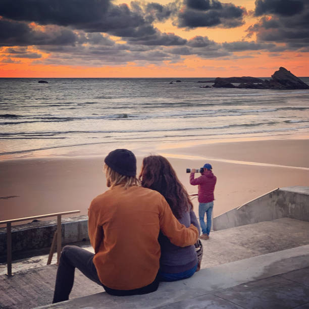 Paar genießt Sonnenuntergang am Strand von Biarritz, Frankreich – Foto