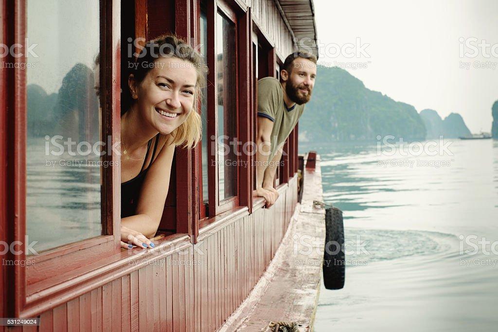 Couple profitant de la vue de la baie d
