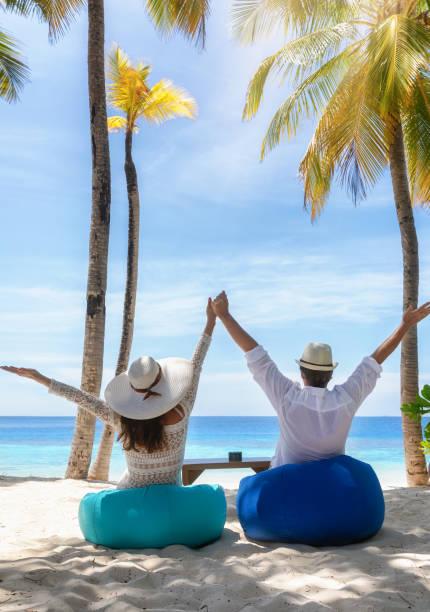 Paar genießt ihren tropischen Urlaub in einer Strandbar – Foto