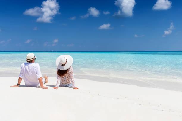 Paar genießt ihren Urlaub an einem tropischen Strand – Foto