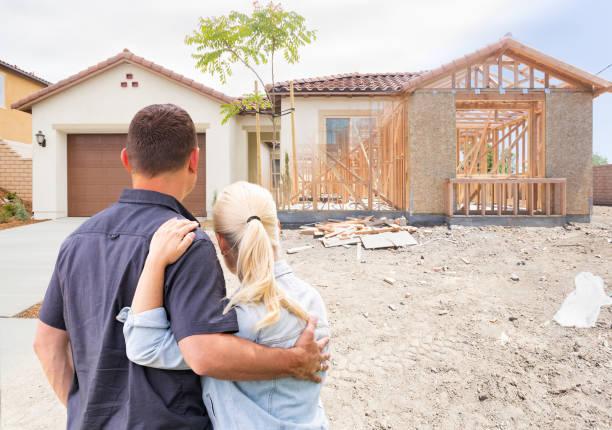 Ehepaar Bau umrahmt zu vollendeten Haus – Foto