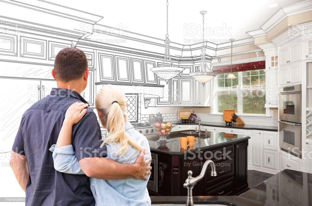 Paar Facing aangepaste keuken tekening Gradating naar foto - Royalty-free Alleen volwassenen Stockfoto