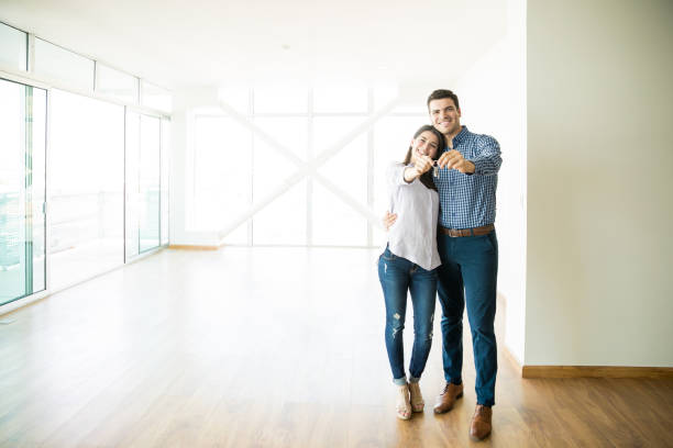 paar gevoel tevreden over het kopen van nieuwe huis - mid volwassen koppel stockfoto's en -beelden