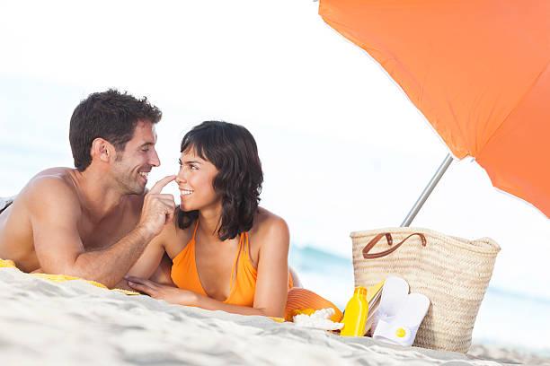 paar flirten auf den strand - flitterwochen flip flops stock-fotos und bilder