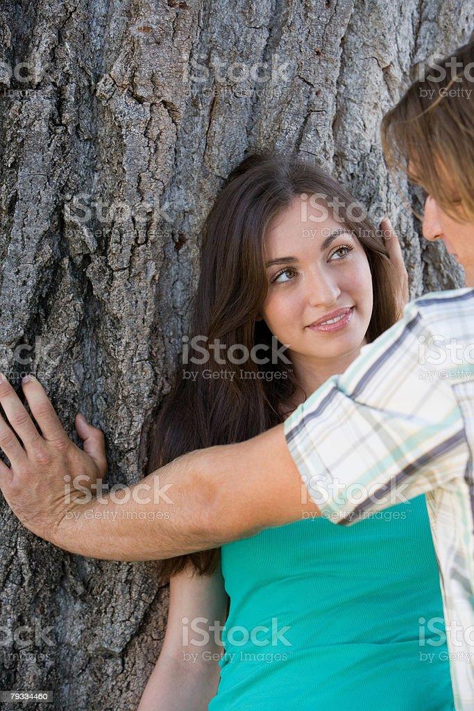 Casal Namorar na Árvore foto de stock royalty-free