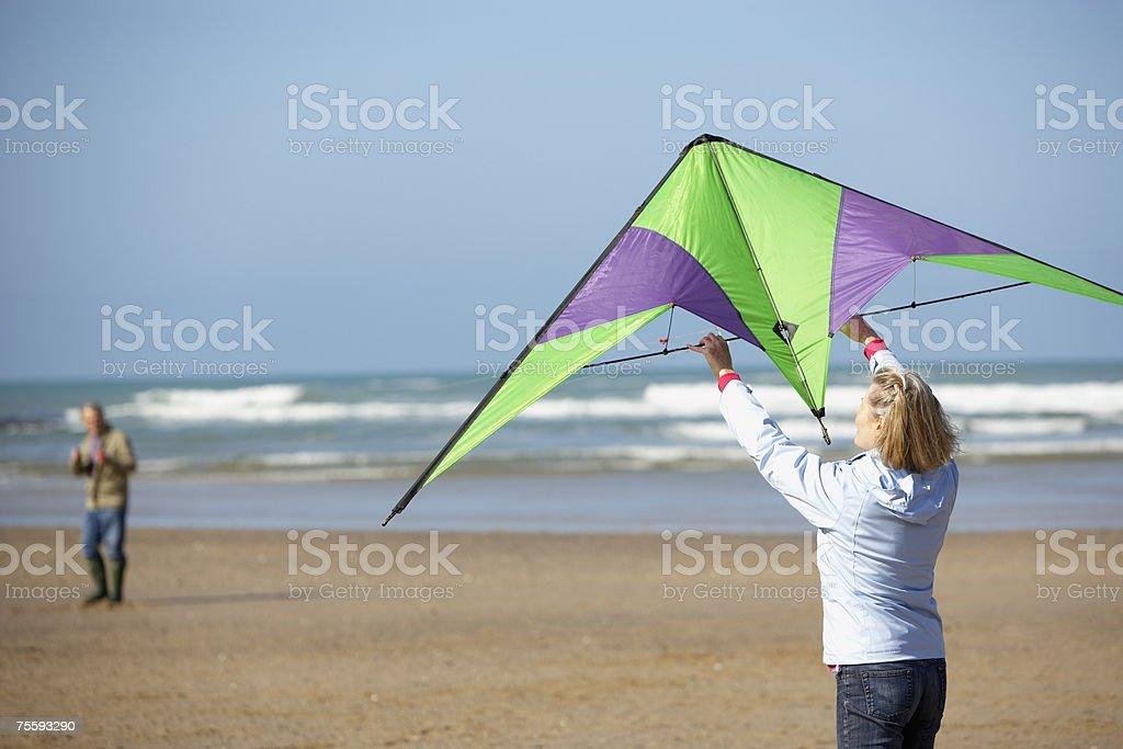 Dois a voar um kite na praia foto de stock royalty-free
