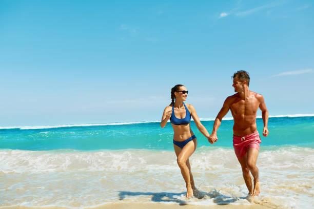 Paar leuke op strand. Romantische mensen verliefd op zee uitgevoerd foto