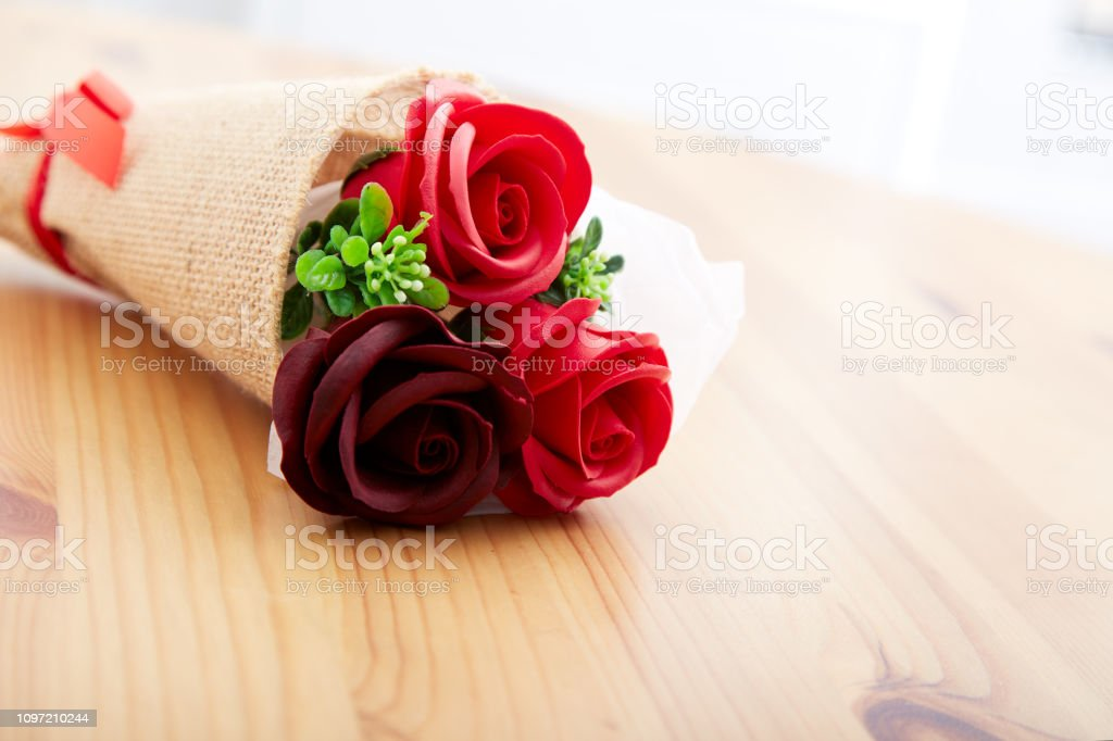 Unas Rosas De Regalo En San Valentín Foto De Stock Y Más Banco De Imágenes De Acontecimiento