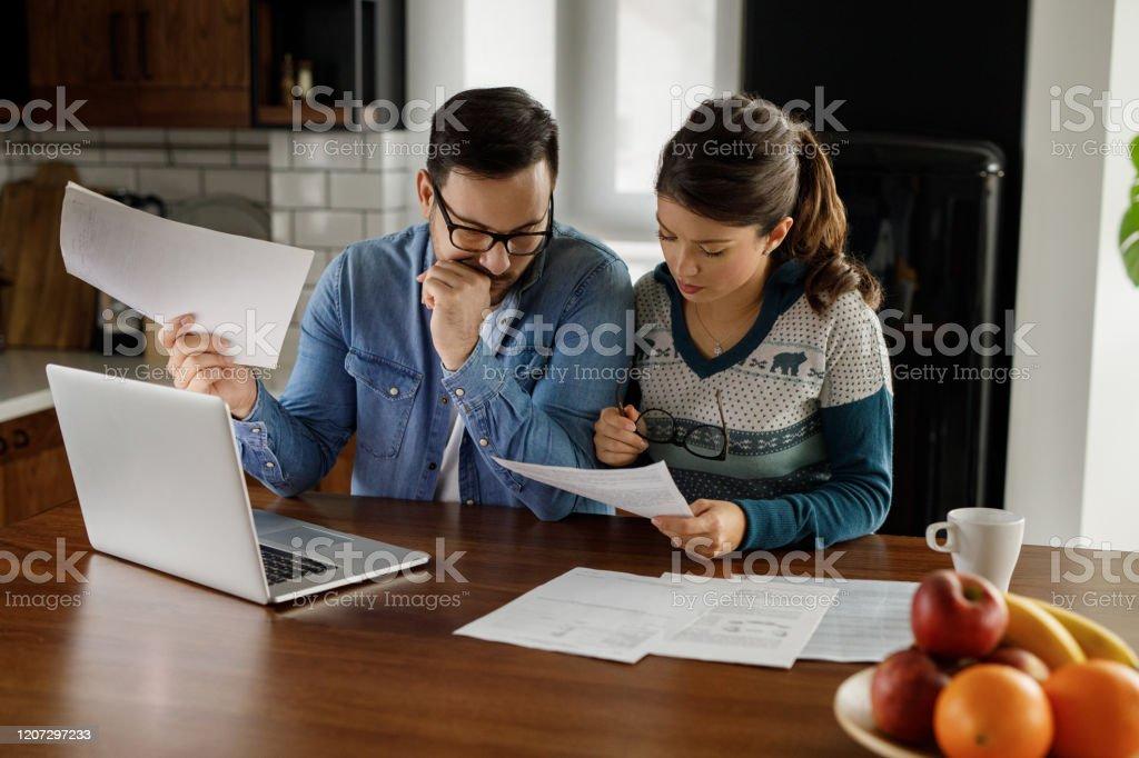 Paar durch finanzielle Probleme - Lizenzfrei Arbeiten Stock-Foto