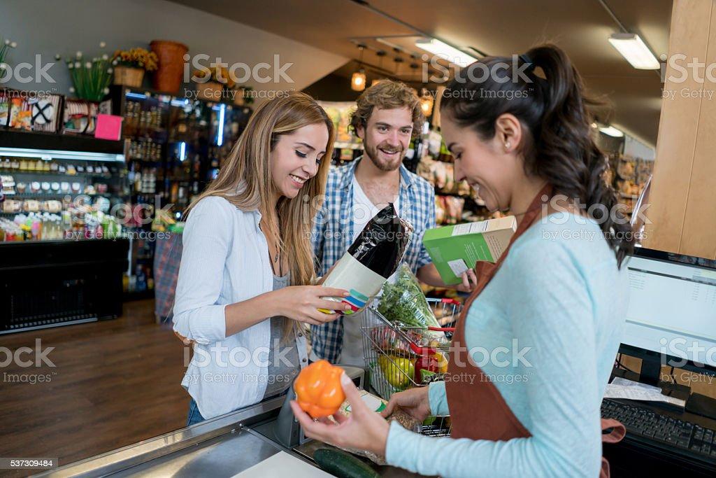 Casal compras no supermercado - foto de acervo