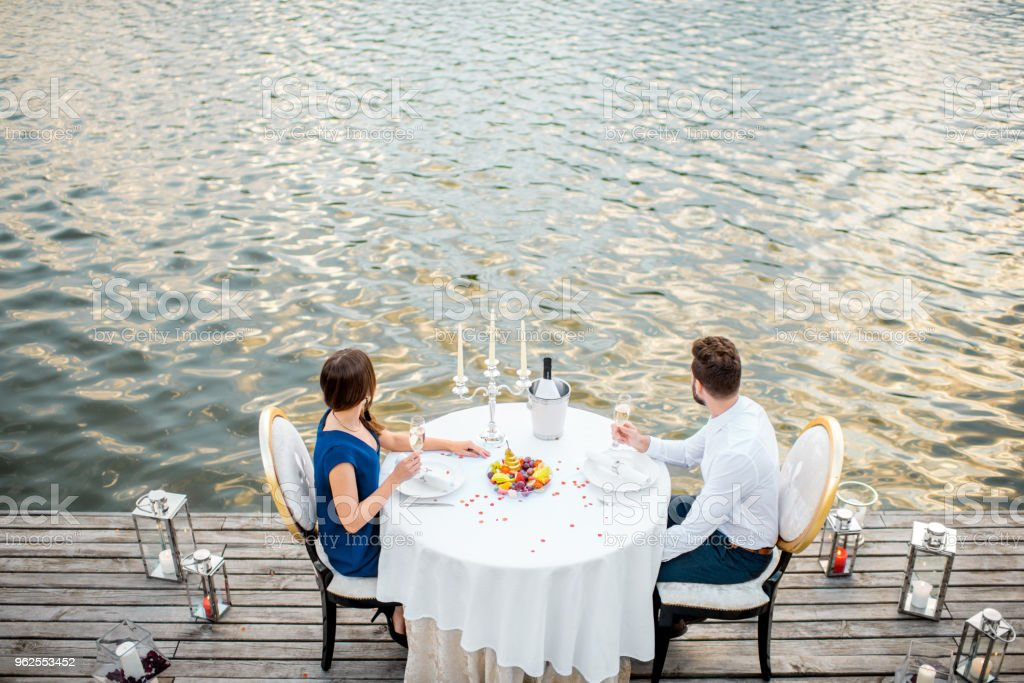 Casal um romatic jantar à beira do Rio - Foto de stock de Adulto royalty-free