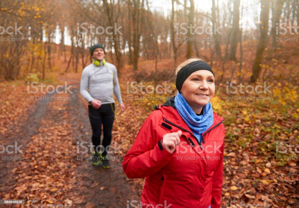 Paare, die einen langsamen Spaziergang nach der Ausführung Lizenzfreies stock-foto