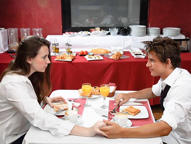 paar mit frühstück - esszimmer buffet stock-fotos und bilder