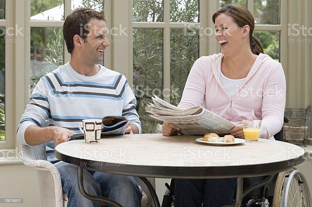 Casal tendo o pequeno-almoço foto de stock royalty-free