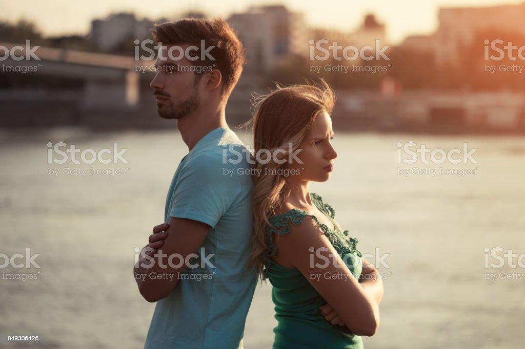 Casal tendo conflito - foto de acervo