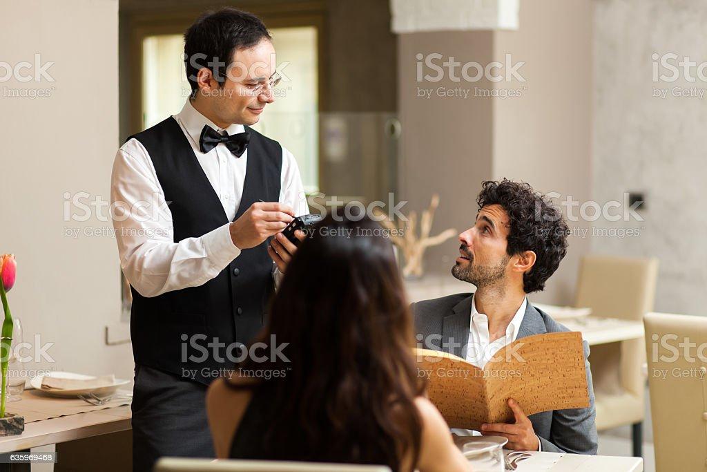 Paar mit Abendessen in einem Luxusrestaurant – Foto