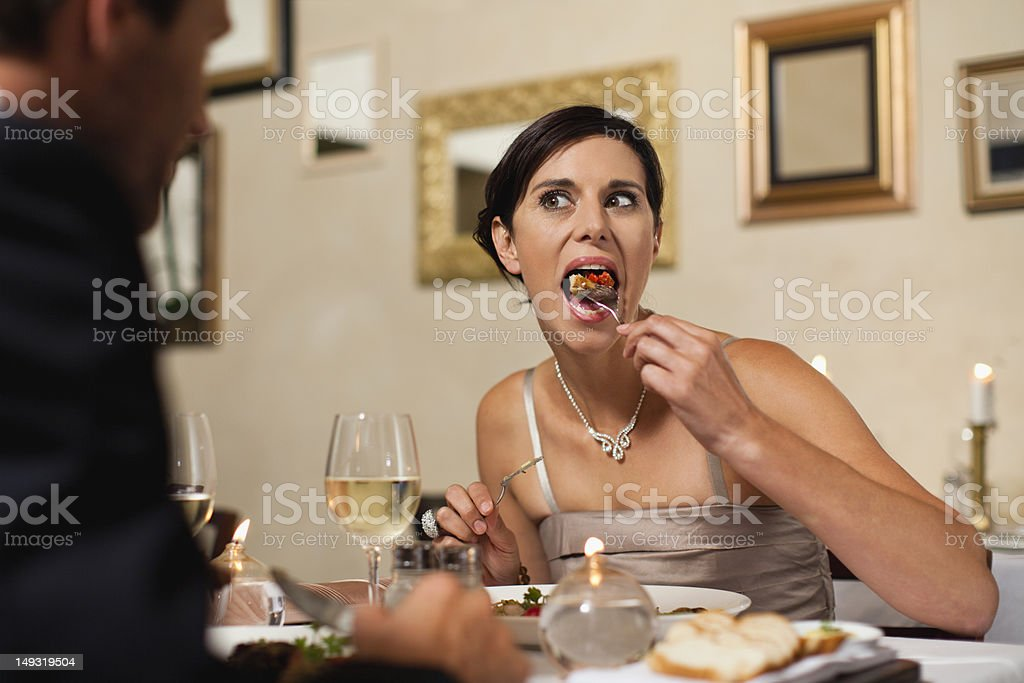 Pareja cenando en un restaurante - foto de stock