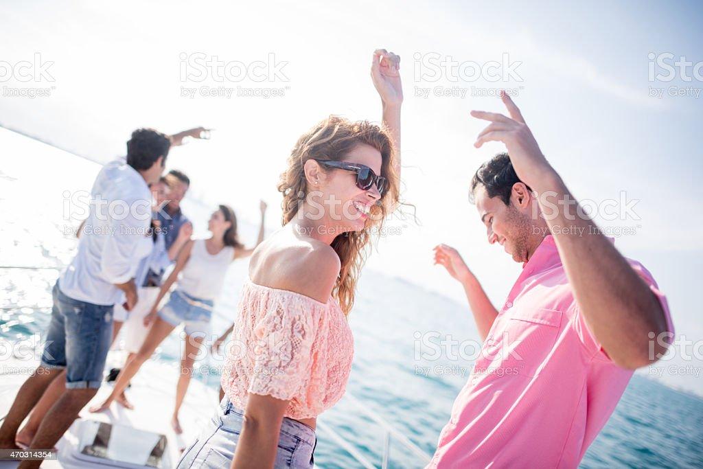 Casal tendo diversão de uma festa de Verão - fotografia de stock