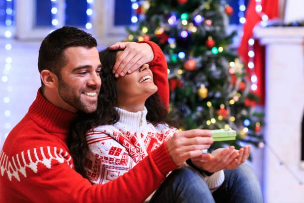 paare, die spaß zu hause für weihnachten - verlobung was schenken stock-fotos und bilder