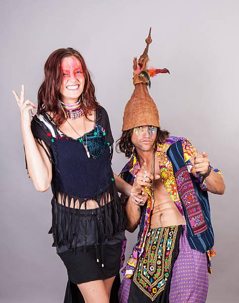 paar spaß in kostümen - hippie kostüm damen stock-fotos und bilder
