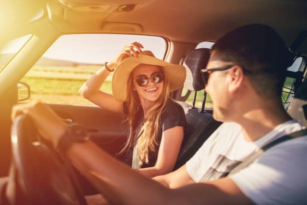 çift roadtrip eğleniyor - araba yolculuğu stok fotoğraflar ve resimler