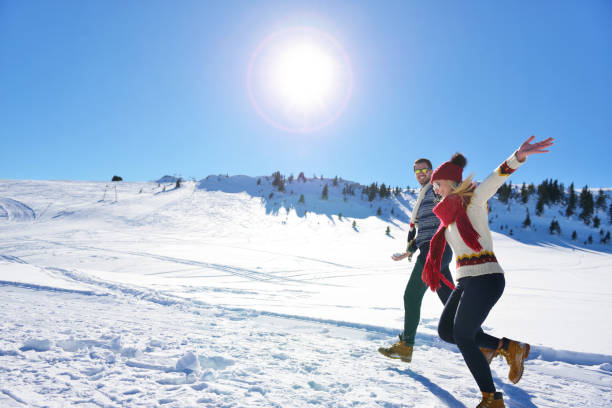 paare, die spaß bergab laufen - skirennen stock-fotos und bilder