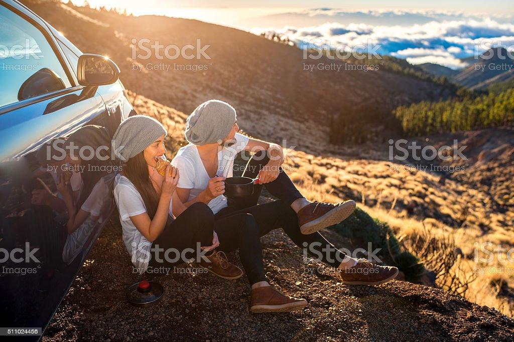 Couple ayant un pique-nique près de la voiture - Photo