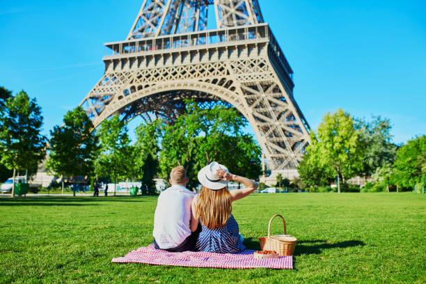 Paar mit Picknick in der Nähe des Eiffelturms in Paris – Foto