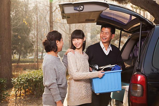 família desfazer as malas minivan para college, beijing - vida de estudante - fotografias e filmes do acervo