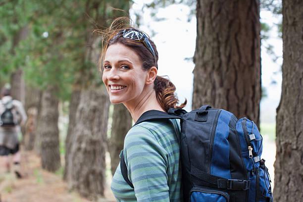 casal caminhadas na floresta - 35 39 anos - fotografias e filmes do acervo