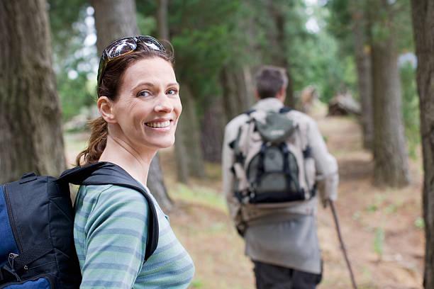 paio di escursioni nella foresta - woman portrait forest foto e immagini stock