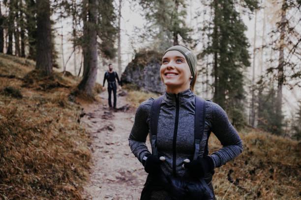 pareja de senderismo en los dolomitas - excursionismo fotografías e imágenes de stock