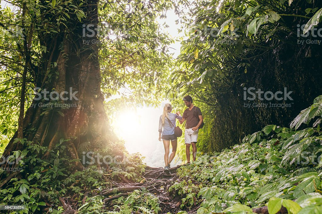 Couple hiking in tropical jungle – Foto