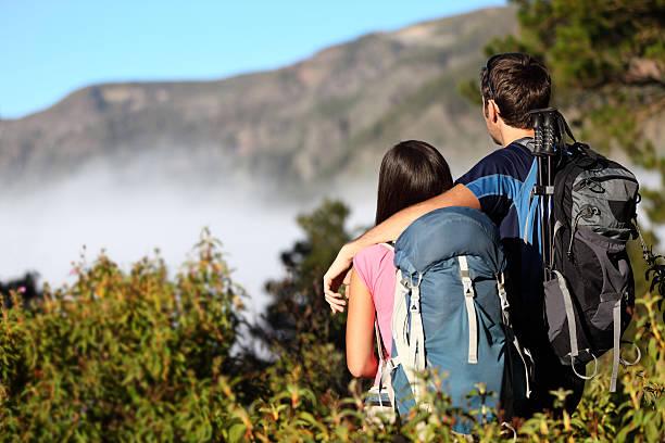カップルのハイキング景色を眺める - 自然旅行 ストックフォトと画像