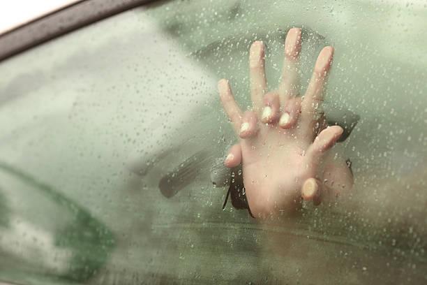 성관계를 커플입니다 쥠 손 안에 자동차모드 - 벌거벗은 뉴스 사진 이미지