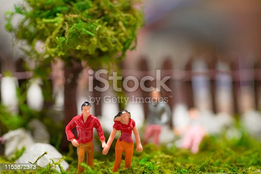 The couple who joined hands in front of the tree in the park was made a miniature