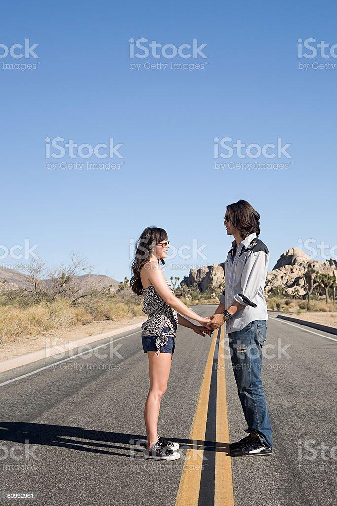 Casal de mãos dadas na rua foto de stock royalty-free