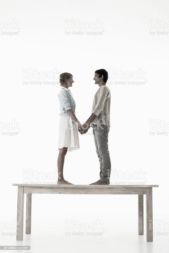 커플입니다 쥠 손을 입석 나무 탁자 흰색 등근육 royalty-free 스톡 사진