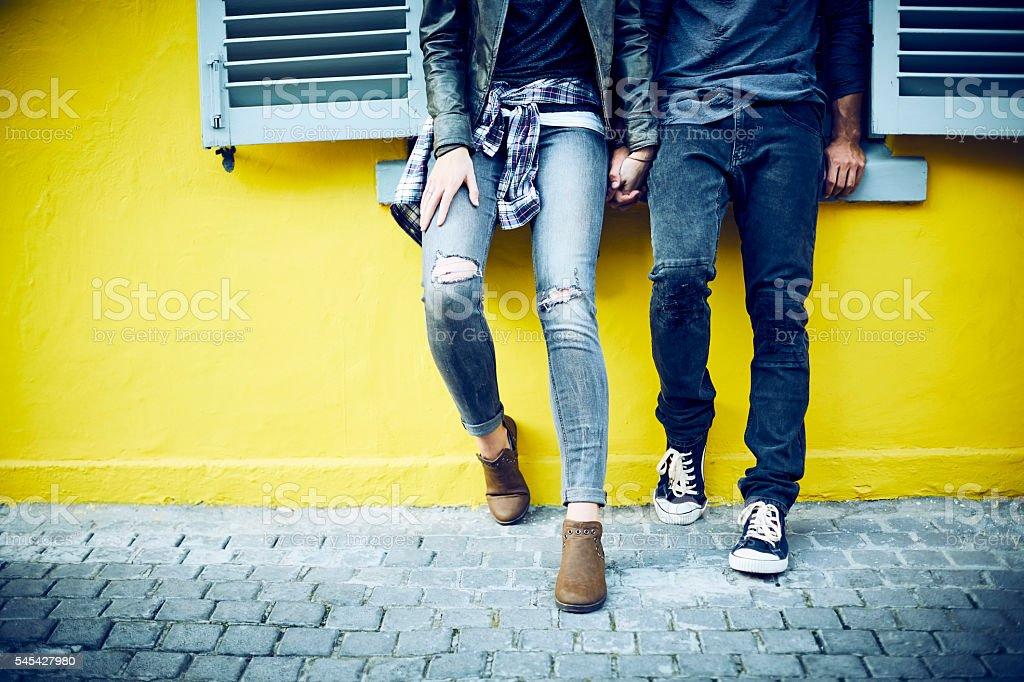 Paar, Hände halten, während Lehnend auf Fensterbank – Foto