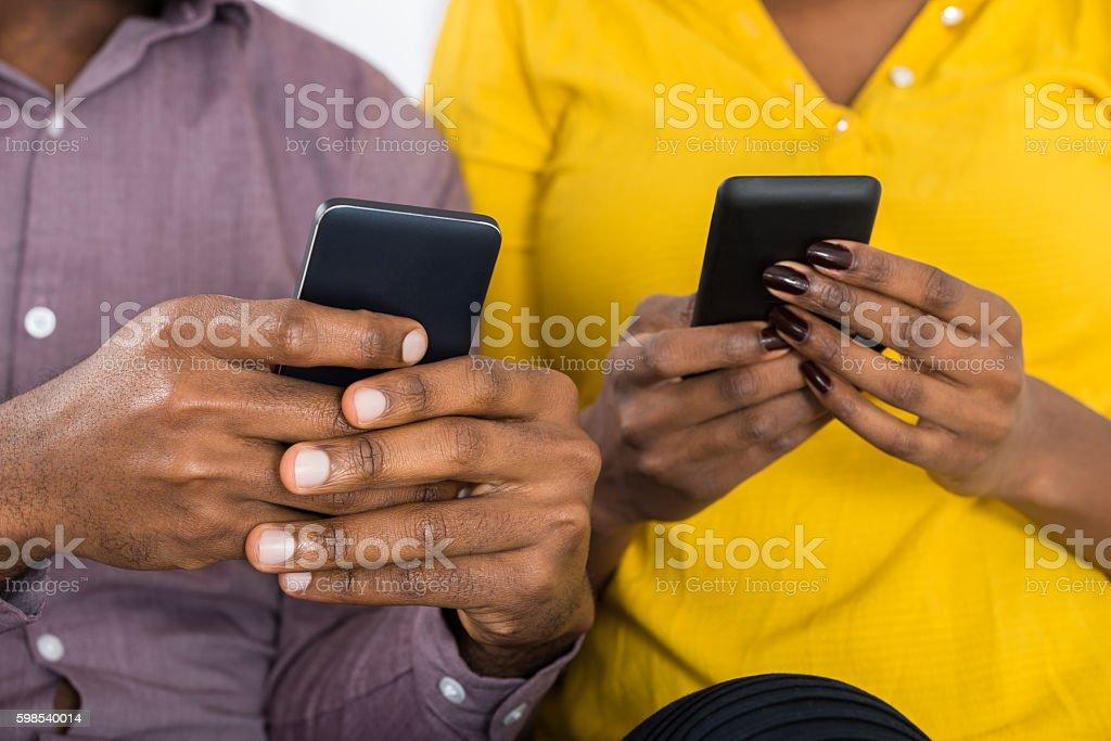 Couple Holding Mobile Phones In Hand photo libre de droits