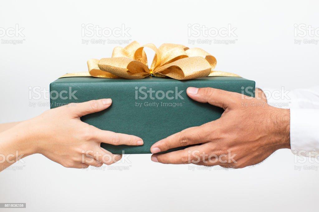 Paar hält verpackt zusammen Weihnachtsgeschenk - Lizenzfrei Ball passen Stock-Foto
