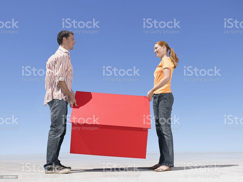 Paar hält kleine model house – Foto