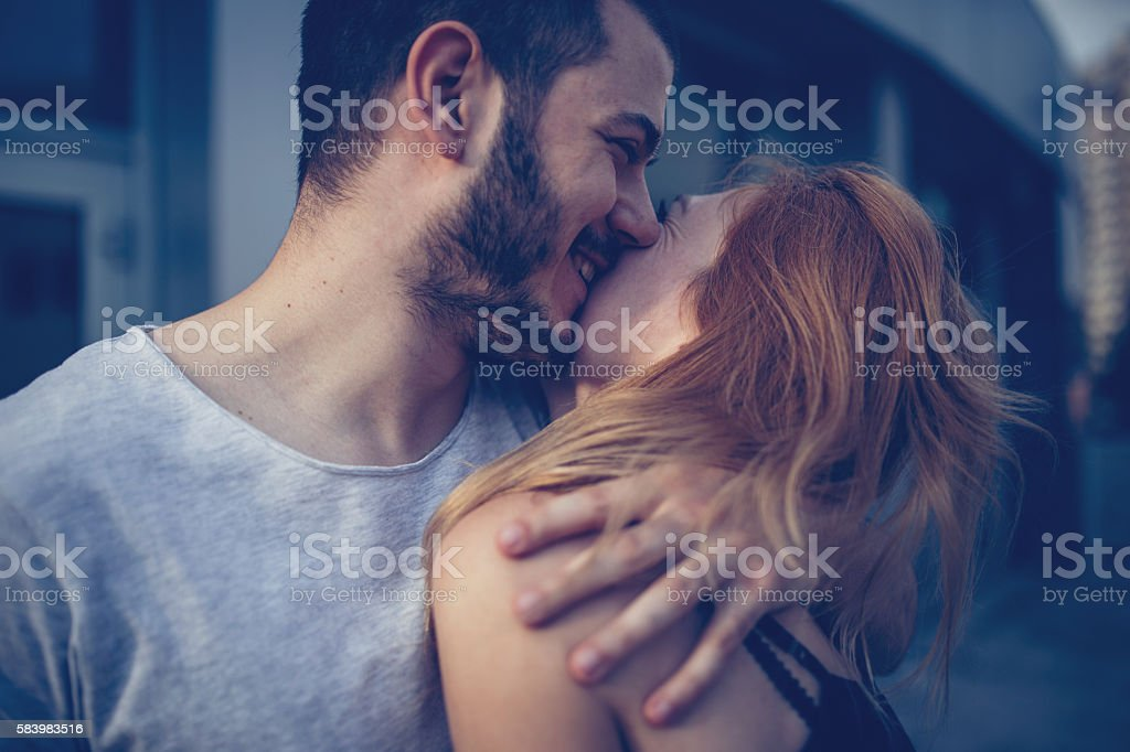 Coppia abbraccio e bacio - foto stock