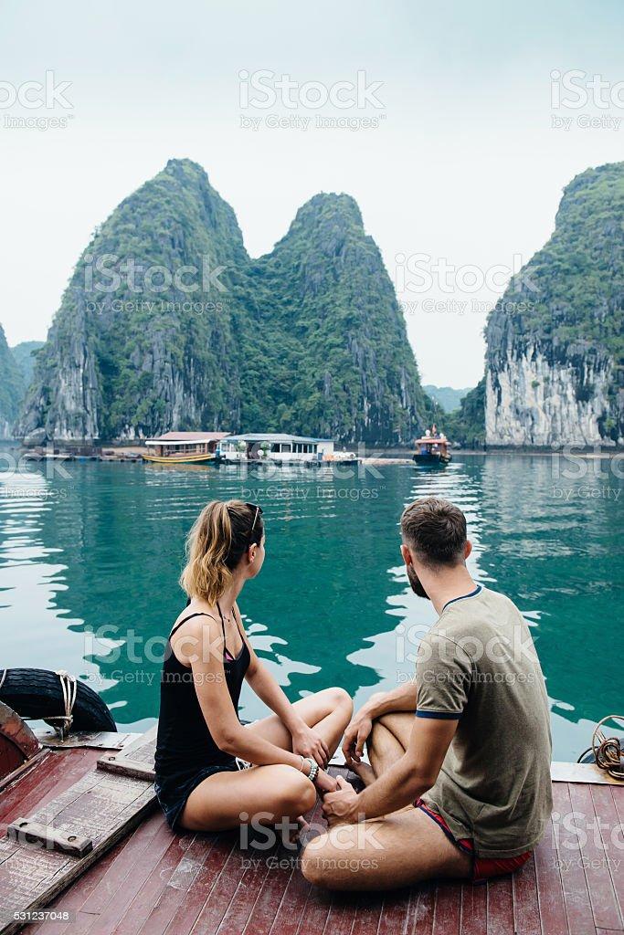 Couple embrassant sur bateau de croisière, vue sur la baie de Hạ long - Photo
