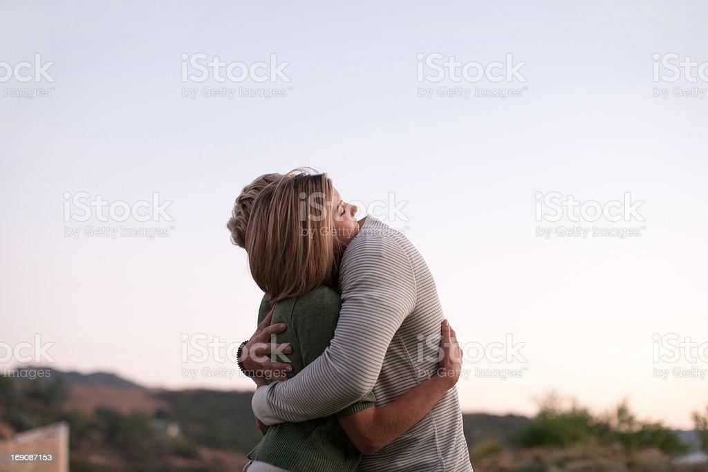 Couple hugging outdoors - Royaltyfri 25-29 år Bildbanksbilder