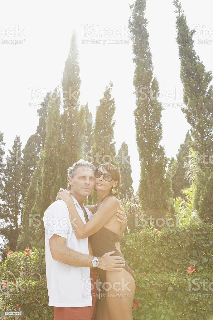 Para w uścisku na zewnątrz zbiór zdjęć royalty-free