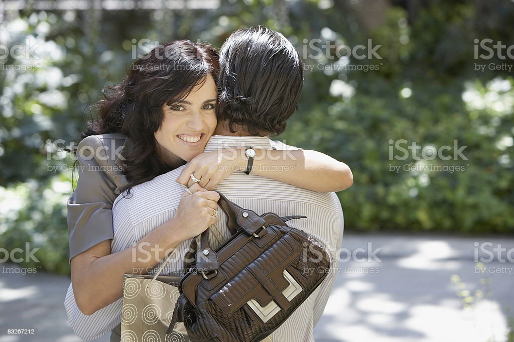 Coppia abbracciare all'aperto foto stock royalty-free