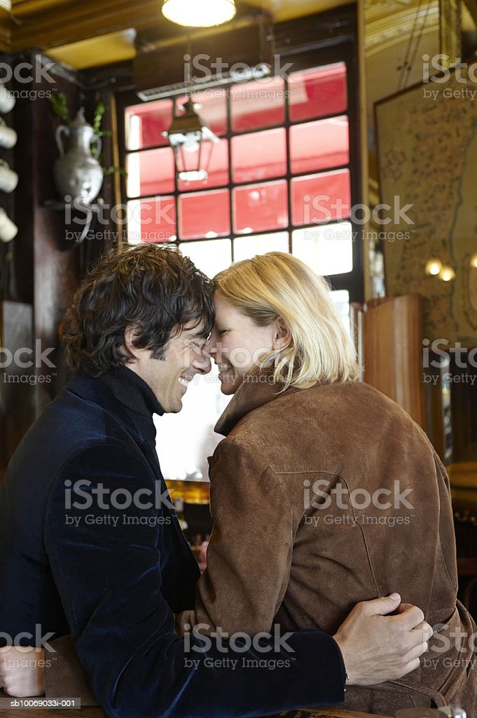 Couple hugging sitting in cafe royalty free stockfoto
