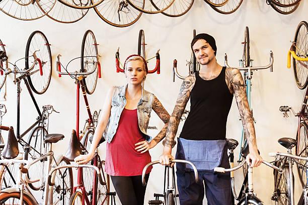 paar auf fahrrad-store - ehepaar tattoos stock-fotos und bilder
