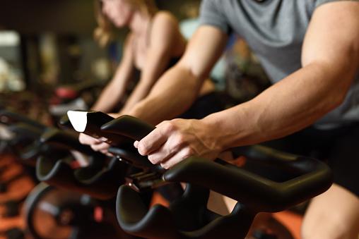 Couple In A Exercising Class Wearing Sportswear Stockfoto und mehr Bilder von Aktiver Lebensstil